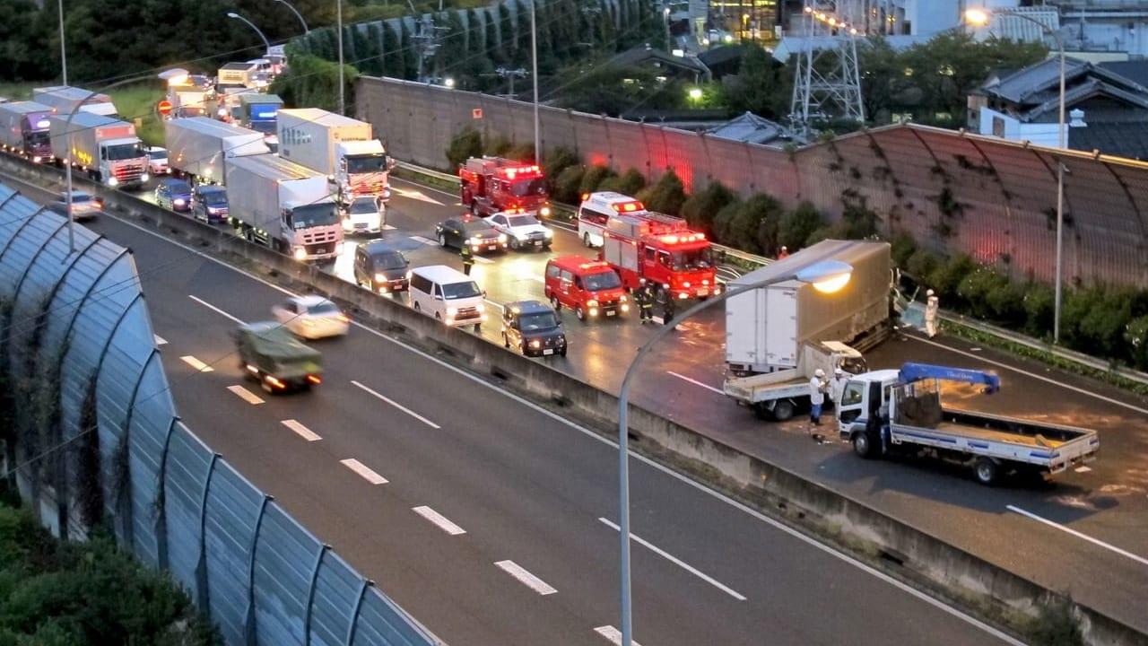 【吹田市】大型トラックが転落、30日未明、千里万博公園付近で交通事故が発生していた模様です