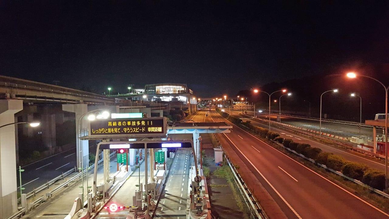 【吹田市】乗用車がトラックに挟まれ大破、2019年7月8日(月)吹田インターチェンジ付近で交通事故が発生した模様です